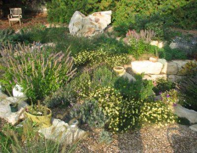Steingarten mit Felsen Meskalith
