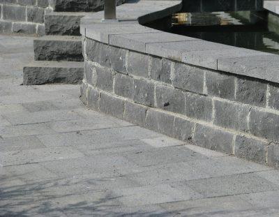 Stützmauer Beton Verkleidung mit Basalt
