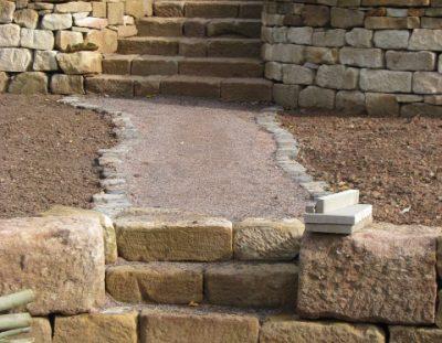 Treppe und Mauer gelber Sandstein (2)